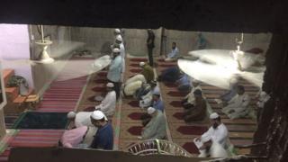 मस्जिद में नमाज़ पढ़ी जा रही है