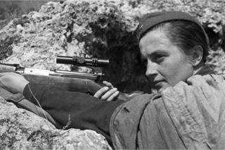Lyudmila Pavlichenko com armamento em 6 de junho de 1942