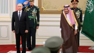Vladimir Putin (left) and King Salman at welcoming ceremony in Riyadh (14/10/19)