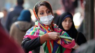 زنی با ماسک در تهران