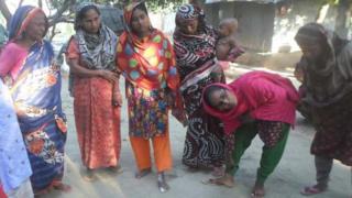 পৈলানপুর গ্রামের একজন নারী ওঝার কাছে সাপের কামড়ের চিকিৎসা নিতে এসেছেন
