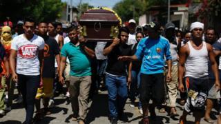 El entierro de uno de los manifestantes muertos durante uno de los primeros días de las protestas.