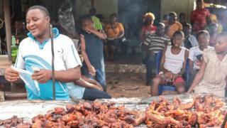 Mwanamume akiuza kuku kwenye mtaa wa Arondizuogu wakati wa tamasha la Ikeji nchini Nigeria