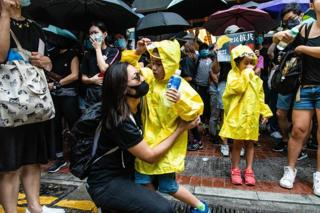 Ở Hồng Kông, các em nhỏ cũng mặc áo mưa, tham gia biểu tình.