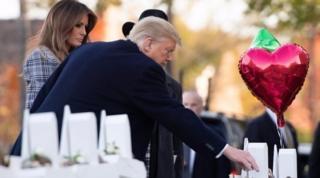 트럼프 대통령 부부가 희생자들을 기리는 장식물들을 살펴보고 있다