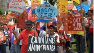 在菲律宾的独立日(12日)当天,数百名左派示威者谴责了中国对南海大部分的领土主张。但是反对中国的各种团体对是否应该依靠美国来遏制日益强势的中国意见不一。