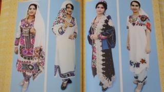 Tacik hükümetinin kitabında geleneksel kıyafetli kadınlar