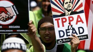 متظاهرون مناوؤن لاتفاقية الشراكة الاستراتيجية عبر الهادئ يحتجون أمام البرلمان الماليزي في الثامن من نوفمبر/ تشرين الثاني 2016