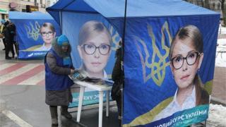 Юлія Тимошенко роз'яснює, як знизить ціну на газ удвічі і агітаційних матеріалах, і у соцмережах в окремому відео