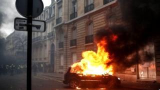 फ्रान्समध्ये पेटलेल्या आंदोलनात किमान 50 गाड्यांची जाळपोळ करण्यात आली आहे.
