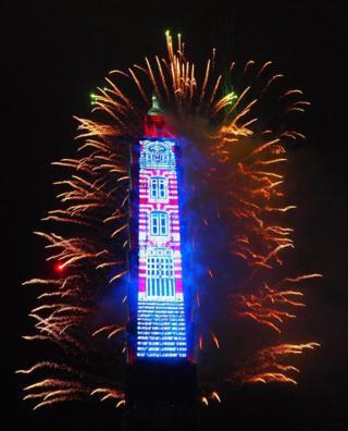 Rascacielos de 101 pisos iluminado como parte de las celebraciones en Taipei.