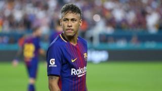 Le Barça a ensuite confirmé l'information par un communiqué, affichant pour la première fois officiellement sa résignation à laisser partir son attaquant.