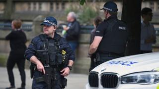 Policial faz patrulha em área onde ocorreu atentado em Manchester