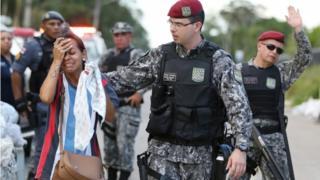 Policial consola parente de preso em frente ao presídio de Manaus