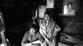 (ਸ਼ਰਵਨ ਉਡਗੇ ( ਮਾਣਿਕ ਦੇ ਭਰਾ) ਅਤੇ ਉਸਦੀ ਮਾਤਾ ਪੂਣੇ ਜ਼ਿਲ੍ਹੇ ਦੇ ਚਿਕਲੀ ਦੇ ਆਪਣੇ ਘਰ ਵਿੱਚ)