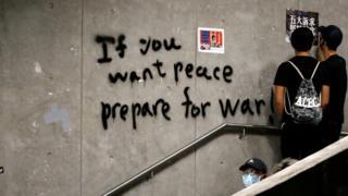 """Hong Kong'da duvarda yazılı bir grafiti: """"Eğer barış istiyorsanız, savaşa hazırlanın"""""""