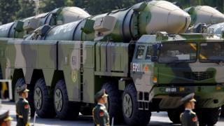 شاحنات عسكرية صينية تحمل صواريخ بعيدة المدى في استعراض عسكري