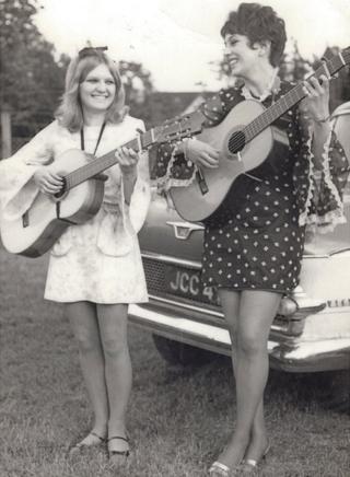 Heather Jones a Mari Gruffydd yn canu yn 1966