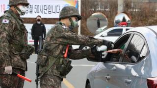 26일 오후 대구 북구 육군 제50사단 장병들이 출입을 엄격히 통제하고 있다