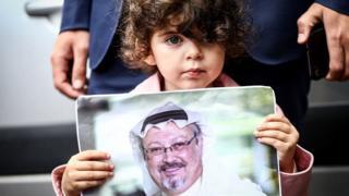Mtoto mdogoakishikilia picha ya mwanahabari wa Saudi Arabia Jamal Khashoggi