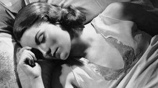 ઊંઘતી મહિલા