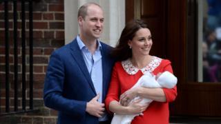 El príncipe William y su esposa aparecen ante la prensa con su bebé