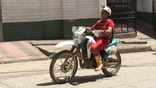 Minero en moto.