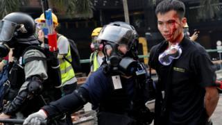 این معترض در حالی که قصد خارج شدن از محوطه دانشگاه پلیتکنیک را داشت بازداشت شده است