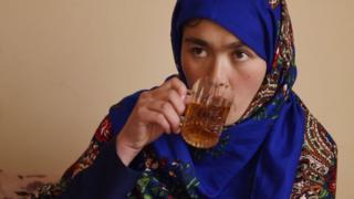 Jahantab Ahmadi, mère de trois enfants, est déterminée à réussir ses études.