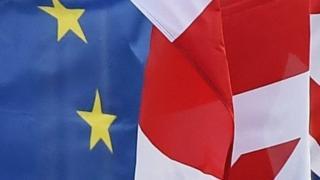 Zastave EU i Britanije ispred sedišta EU u Bruselu