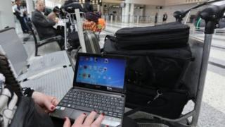 пассажир з ноутбуком в аеропорту