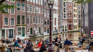 هولنديون في أحد مقاهي أمستردام