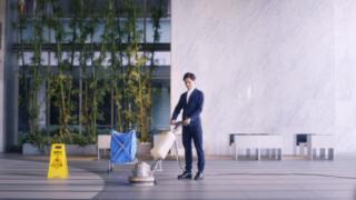 オアシススタイルウェア社は「ワークウェアスーツ」が軽く速乾性があるため、作業着の仕事に適していると説明している
