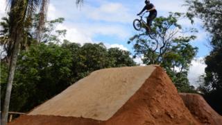 Ciclista salta em rampa construída pelos próprios moradores em parque no Itaim Paulista