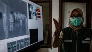 Petugas medis di bandara Adisucipto, Yogyakarta.
