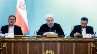 Umukuru w'igihugu ca Irani, Hassan Ruhani (hagati) ahanganye na Amerika