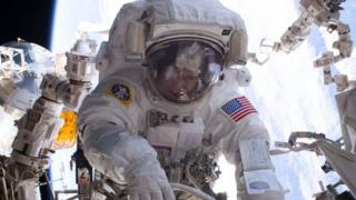 Peggy Whitson durante una caminata espacial