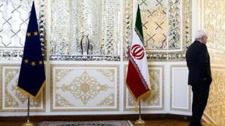 مقام های دولت دونالد ترامپ و سفرای آمریکا درکشورهای مختلف از جمله در بریتانیا می گویند که از شرکت ها و افراد از میان کار با ایران و آمریکا باید یکی را انتخاب کنند و هردو امکانپذیر نیست