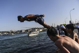 Denize giren insanlar