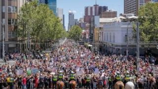 ผู้หญิงราว 3,000 คน เดินขบวนไปยังสถานกงสุลสหรัฐฯ ในนครซิดนีย์ ของออสเตรเลีย