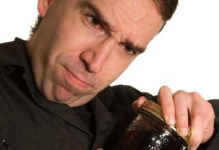 Hombre tratando de abrir un frasco