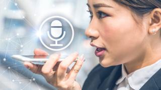 mujer hablando a un asistente de voz.