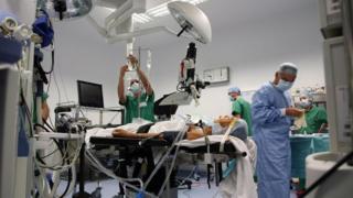 En algunas emergencias, cuando los pacientes han perdido mucha sangre resulta difícil estimar la cantidad apropiada de anestesia.