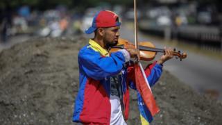 Wuilly Arteaga Temmuz ayında başkent Caracas sokaklarında keman çalarken