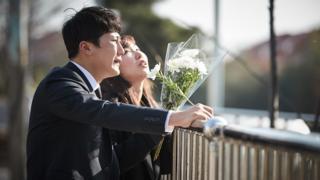 '윤창호 법' 국회 통과 다음 날, 고 윤창호 군의 사고현장을 찾은 친구들