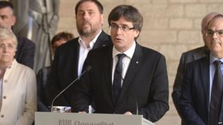 Catalan regional president Carles Puigdemont (C) gives a speech in Barcelona on September 20, 2017