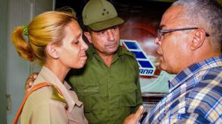 El secretario del Partido Comunista Cubano de Holguín hablando con los familiares de las víctimas.