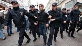 Задержанный участник шествия на Арбате