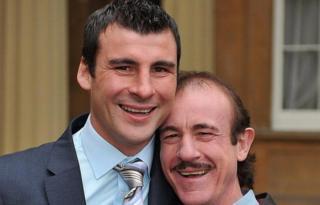 Enzo Calzaghe (dde) yn dathlu ar ôl i Joe dderbyn CBE yn 2008