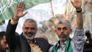 Ісмаїл Ханія (ліворуч) і Ях'я Санвар (праворуч) у 2011 році, після звільнення Санвара із ізраїльського ув'язнення